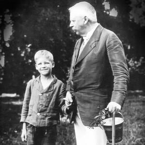 Thure von Uexküll mit seinem Vater Jakob (1915).